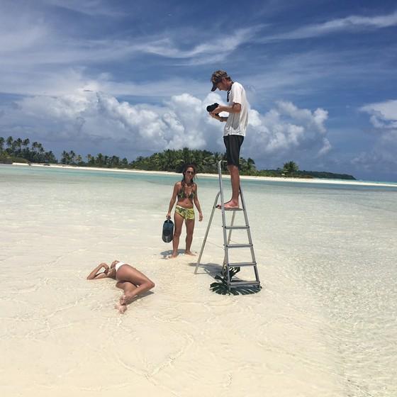 Após mudar a locação das fotos, Marilia e a equipe seguiram para outra locação no Taiti (Foto: Divulgação)