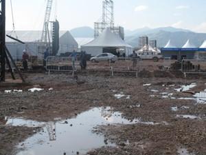 Campo da Fé ainda tem muita lama. (Foto: Mariucha Machado/G1)