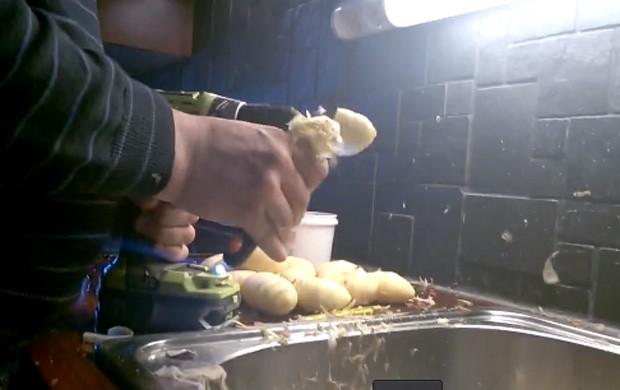 Usuário mostrou técnica curiosa para descascar batatas com ajuda de furadeira (Foto: Reprodução/LiveLeak/kaide85 )