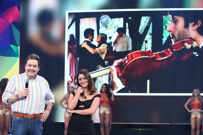 Carol Castro se emociona com depoimento do namorado (Foto: Carol Caminha / Gshow)