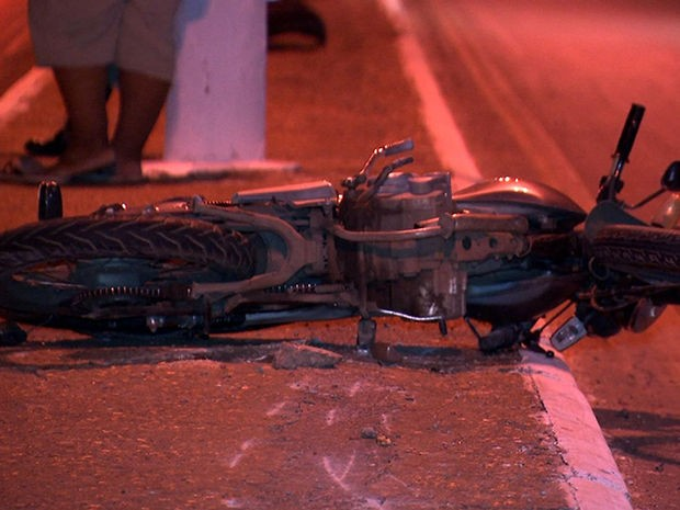 Motociclista, identificado como Josué Floriano Peixoto da Silva, morreu no local (Foto: Reprodução/TVCA)