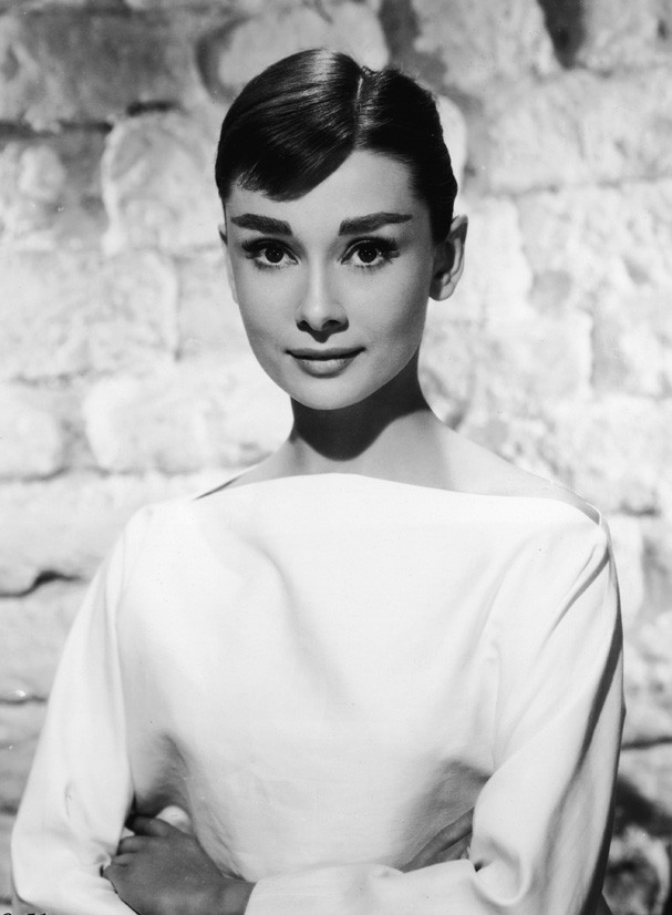 Portrait of Belgian-born American actress Audrey Hepburn (1929 - 1993) ina white long-sleeved dress, mid 1950s. (Photo by /Getty Images) (Foto: Getty Images)