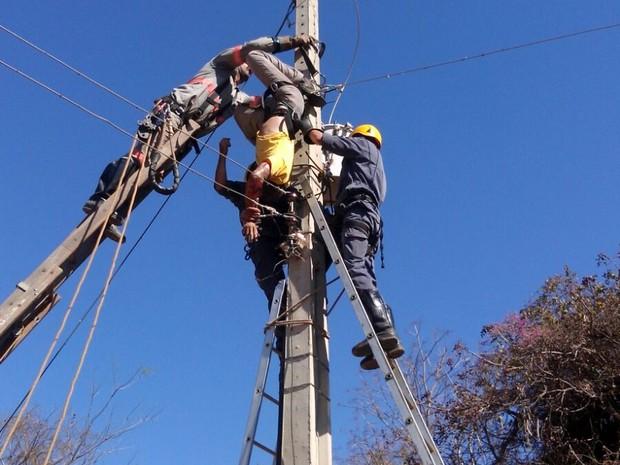 Vítima ficou presopor uma corda improvisada como cinto de segurança (Foto: Divulgação/ Corpo de Bombeiros)