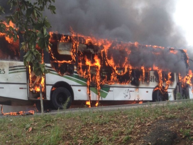Moradores atearam fogo em um ônibus e bloquearam a BR-367 na manhã desta terça-feira (26) (Foto: Jailson Lucas Almeida da Silva / Arquivo Pessoal)