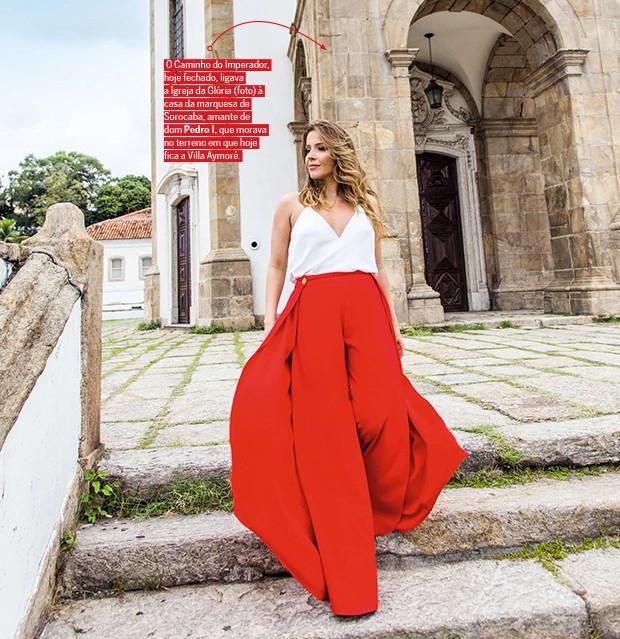 . (Foto: Renata na escadaria do Outeiro da Glória, considerado um patrimônio da arquitetura colonial religiosa brasileira)
