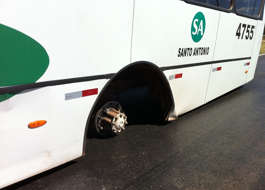 Sem as rodas traseiras o veículo esperou cerca de uma hora pela chegada dos mecânicos (Foto: Káthia Mello/G1 DF)