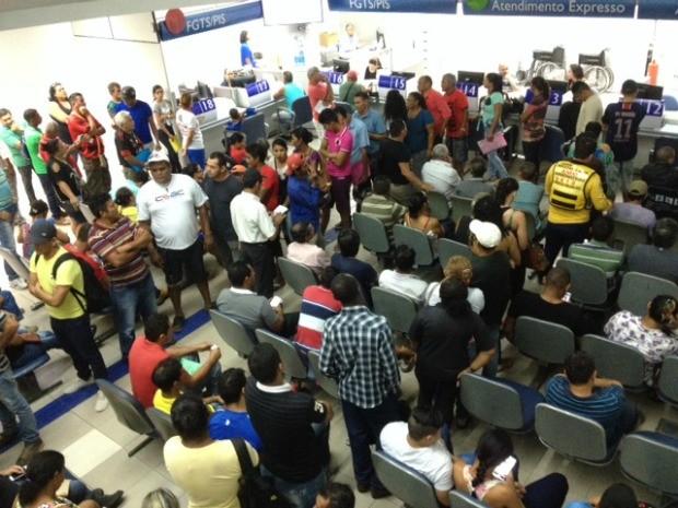 Trabalhadores formaram filas em busca de informações sobre o contas inativas do FGTS, em Porto Velho (Foto: Hosana Morais/G1)
