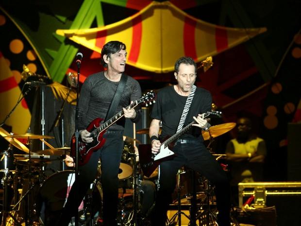 Paulo Miklos e Tonyi Bellotto se apresentam durante o show do Titãs, que abrem para os Rolling Stones, em São Paulo (Foto: Marcelo Brandt/G1)