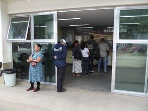 Na recepção do hospital, pacientes enfrentam fila para serem atendidos (Foto: Juliana Scarini)