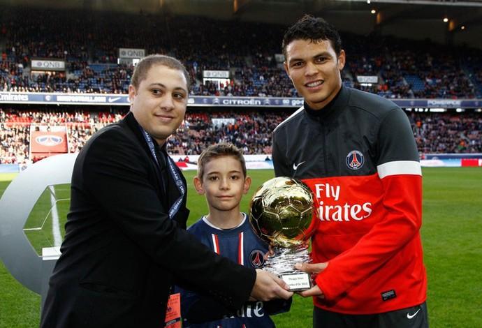 Thiago Silva PSG trofeu Samba (Foto: Reprodução / Site Oficial do PSG)