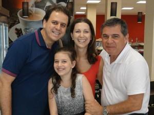 Motta com Eleandro Silva, Amanda Silva e a filha do casal Cibeli Pilati Silva (Foto: José Lino/RBS TV)
