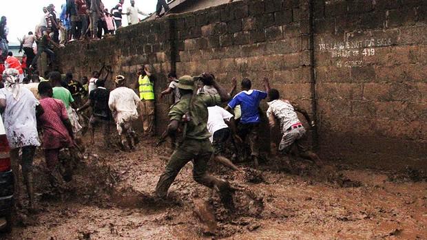 Soldados dispersam pessoas que observavam local do acidente em Lagos (Foto: Emmanuel Arewa/AFP)