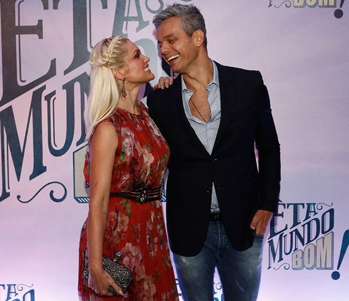 Flávia Alessandra e Otaviano Costa trocam olhares apaixonados na coletiva de imprensa de 'Eta Mundo Bom!' (Foto: Inácio Moraes / Gshow)