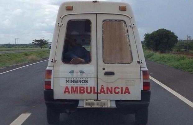 Ambulância da prefeitura de Mineiros com vidro quebrado leva paciente com pé de fora, na BR-060 em Goiás (Foto: Reprodução/TV Anhanguera)