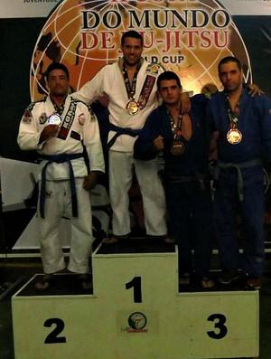 Lucas no pódio com a medalha de bronze na categoria master/meio-pesado na faixa azul (Foto: Divulgação/Arquivo Pessoal)