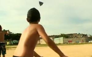 Crianças se divertem  brincando na rua (Reprodução/TV Globo)