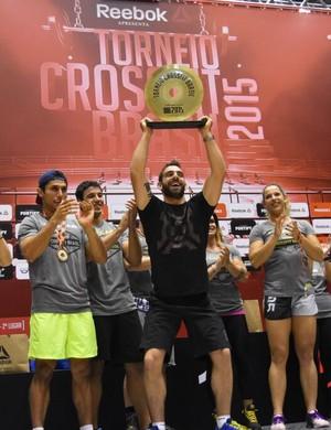 """Fabio Dechichi foi escolhido pelos três melhores atletas e faturou o troféu """"Espírito CrossFit"""". (Foto: Reprodução boxinside.me)"""