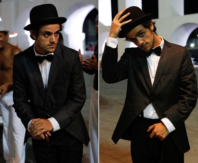 Felipe Simas arrasa vestido como o vagabundo do filme  (Foto: Fabio Rocha/Gshow)