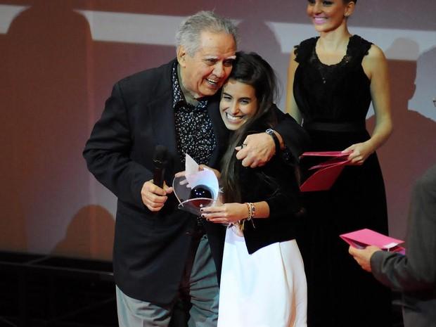 Luiz Carlos Barreto abraça Ana, filha de Gloria Pires, que representou a mãe ao receber o prêmio (Foto: Alexandre Durão/ G1)