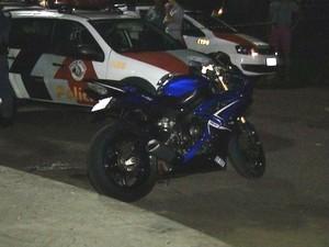Jovem estava em uma moto quando foi atingido (Foto: Reprodução/TV TEM)