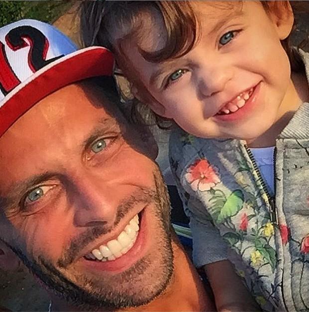 Henri Castelli e filha (Foto: Reprodução/Instagram)