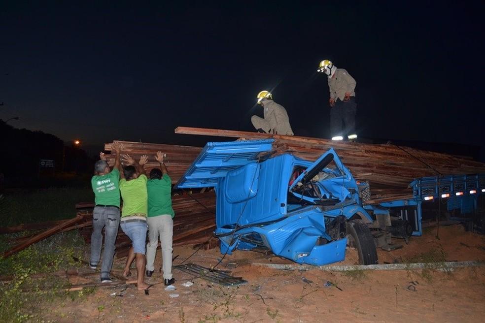 Cabine do caminhão foi esmagada pela carga de madeira (Foto: Gleitowney Miranda/Blog do Pessoa)