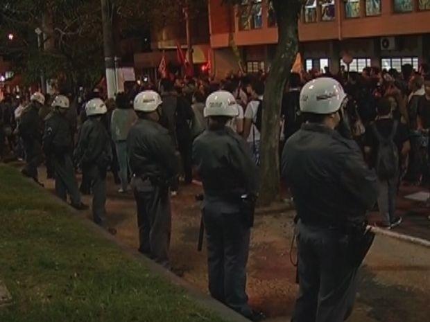 PMs cercaram o prédio da Câmara de Marília (Foto: reprodução/TV Tem)