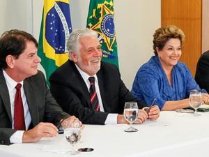 Dilma sanciona novas universidades federais ao lado do governador da Bahia, Jaques Wagner, e do governador do Ceará, Cid Gomes (Foto: Roberto Stuckert Filho/PR)