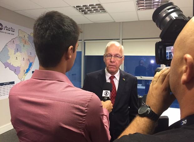Embaixador conheceu a RBS TV e concedeu entrevista (Foto: Márcia Callegaro/RBS TV)