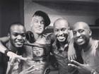 Thiaguinho posa com Neymar e amigos em bastidores de show