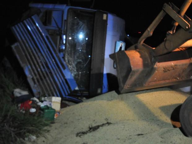 Caminhão tombou no início da tarde e carga ficou espalhada na pista (Foto: Juliene Katayama/G1 MS)