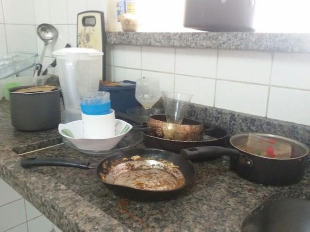 Acadêmicos relatam dificuldades para cuidar da limpeza da casa e higiene pessoal (Foto: Josué Ferreira e Neudiléia Teles/Arquivo pessoal)