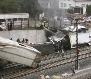 Trem sai dos trilhos em Santiago da Compostela, Espanha (Foto: Antonio Hernandez/AP)