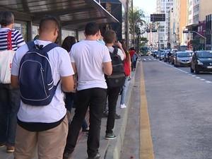 Passageiros à espera de ônibus, em Campinas (Foto: Reprodução / EPTV)
