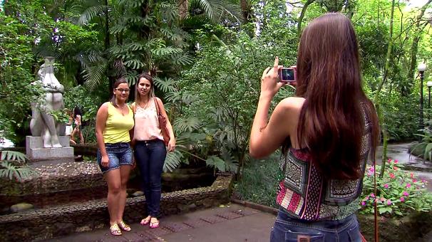 A Fonte da Ninfa no Orquidário é parada obrigatória para as fotos (Foto: Reprodução/TV Tribuna)