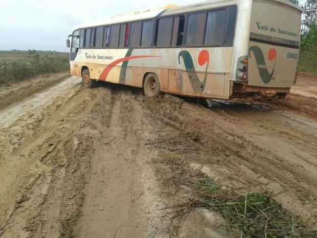Veículos possuem dificuldade de passar em rodovia de acesso a Cutias (Foto: Sandro Saldanha/Arquivo Pessoal)
