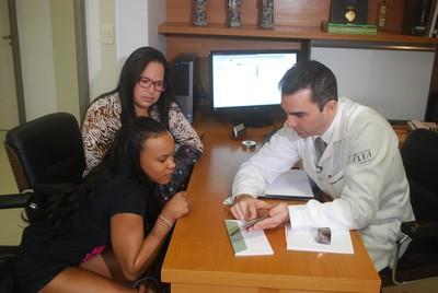 Rebeca Andrade em consulta com o médico Breno Schor, do COB (Foto: Marcos Guerra)