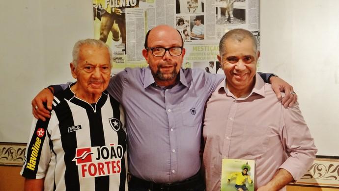 Mário Lima, autor do livro, ao lado do botafoguense Aldo Ivo (Foto: Henrique Pereira/GloboEsporte.com)