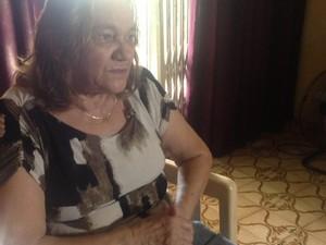 Mãe de Luciney, uma das passageiras, diz que ainda tem esperança (Foto: Luana Leão/G1)