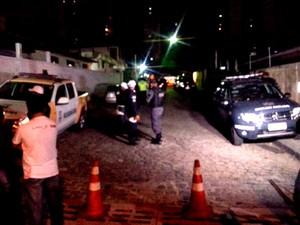 Rua de abrigo de idosos foi cercada pela Polícia Militar em Natal (Foto: Kléber Teixeira/Inter TV Cabugi)
