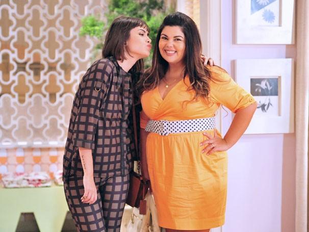 Fabiana Karla posa para a foto, caracterizada como Perséfone, com a sua companheira de cena e amiga Maria Casadevall (Foto: TV Globo / João Miguel Júnior)
