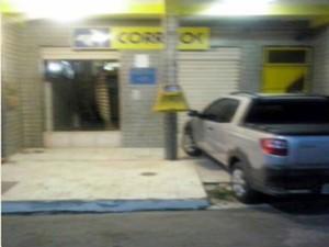 Portas ficaram danificadas, mas nada foi levado (Foto: Bahia10.Com.Br)
