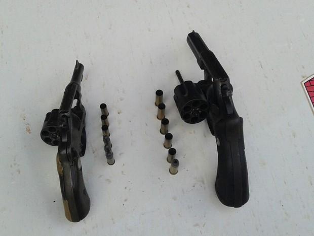 Em Extremoz, PM apreendeu duas armas usadas pelos assaltantes mortos no confronto (Foto: PM/Divulgação)