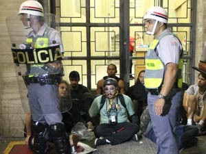 Manifestantes ficam detidos na rua  Xavier de Toledo durante protesto contra  a   realização e os gastos da Copa do   Mundo no Brasil, na região central de São Paulo, neste sábado. (Foto: Epitácio Pessoa/Estadão Conteúdo)