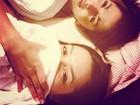 Anitta posta foto na cama e brinca: 'Cara de zombie walk linda que eu tô'
