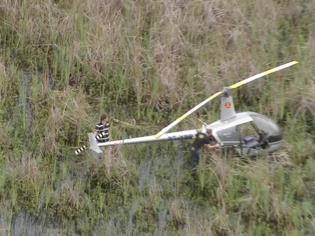 Helicóptero pousou no Bosque da Barra, na Zona Oeste do Rio (Foto: Reprodução/TV Globo)