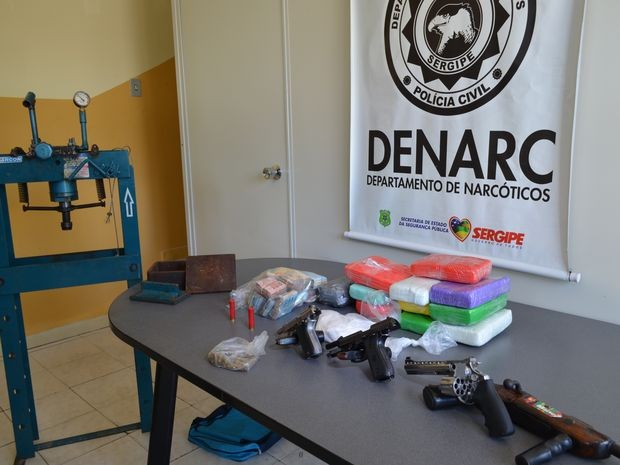 Material apreendido no carro e residências dos envolvidos no crime (Foto: Marina Fontenele/G1)