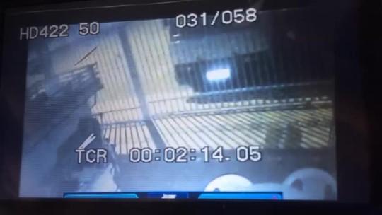 Após bater em caminhão, carro invade casa no DF e amassa portão; vídeo