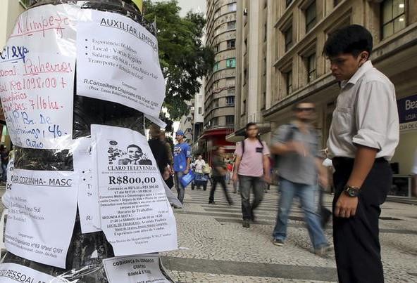 Homem olha para anúncios de empregos no centro da cidade de São Paulo (Foto: REUTERS/Paulo Whitaker)