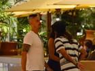 De visual novo, Paulo Vilhena vai a shopping carioca